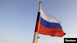 Российский флаг не корабле, идущем через Босфор Восточный во Владивостоке