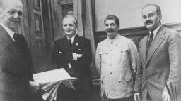 De la sânga la dreapta - Friedrich Gaus, Joachim von Ribbentrop, Stalin și Viaceslav Molotov . Kremlin, 23 august 1939