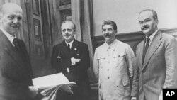 Ф. Гаус, И. Риббентроп, И. Сталин, В. Молотов. 23 августа 1939 г.