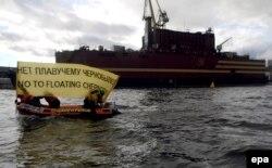 Одна из последних акций Гринпис России – против строительства плавучей атомной электростанции в Петербурге, апрель 2017 года