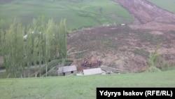 Последствия схода оползня в селе Аюу Узгенского района на юге Кыргызстана. 29 апреля 2017 года.