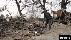 افغانستان:افغان پولیس په خوست کې د ځانمرګي بمي برید د پېښې د ځای پلټنه کوي.۲۰۱۱م کال ۱۸م فبروري