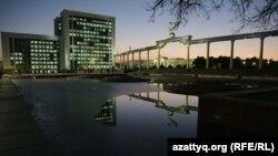 Özbəkistanın hökumət və parlamentinin binası. Daşkənd, Müstəqillik Meydanı.