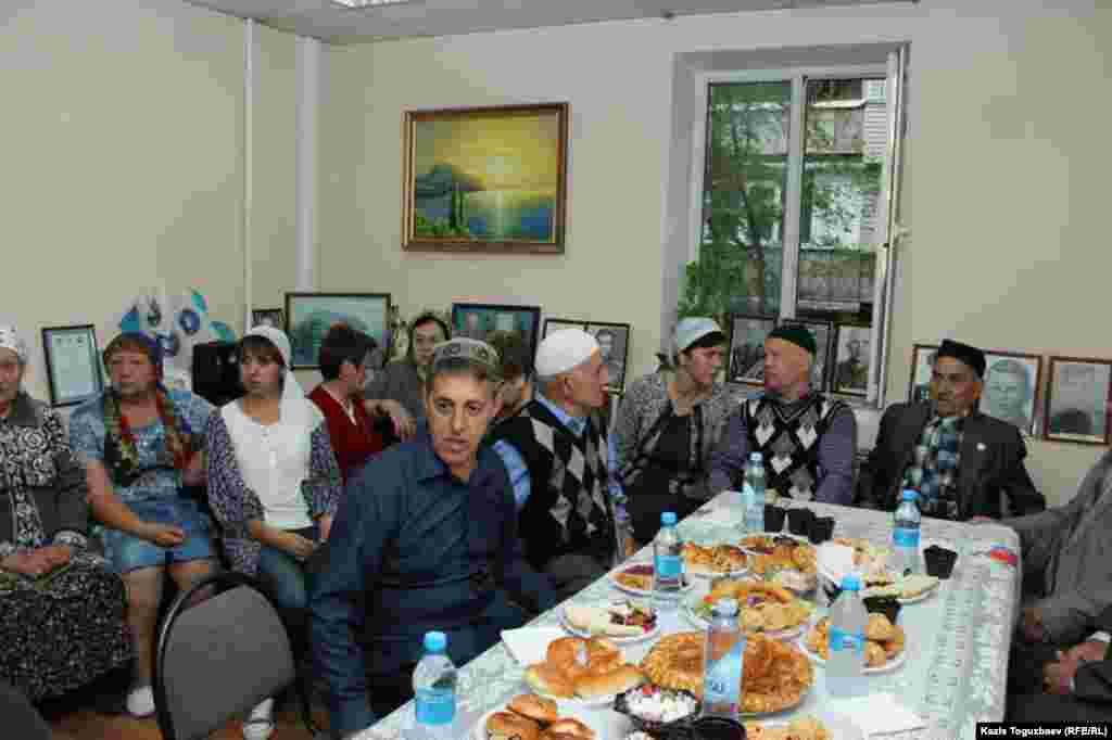 Представители диаспоры крымских татар в Алматы пришли на поминальную встречу по жертвам депортации крымскотатарского народа в 1944 году. Она состоялась в полдень 18 мая в культурном центре «Ватандаш» и началась с поминальной молитвы. На встречу пришли старейшины, пережившие трагическую депортацию.