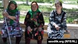 Arxiv fotosu: Özbəkistanda parkda dincələn yaşlı qadınlar.