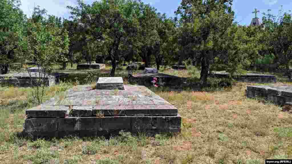 Братські могили солдат і матросів. Загалом таких поховань 472