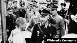 Heinrich Himmler Daxau ölüm düşərgəsinə baş çəkərkən