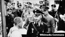 Генрих Гиммлер в концлагере Дахау. Снимок 1939 года