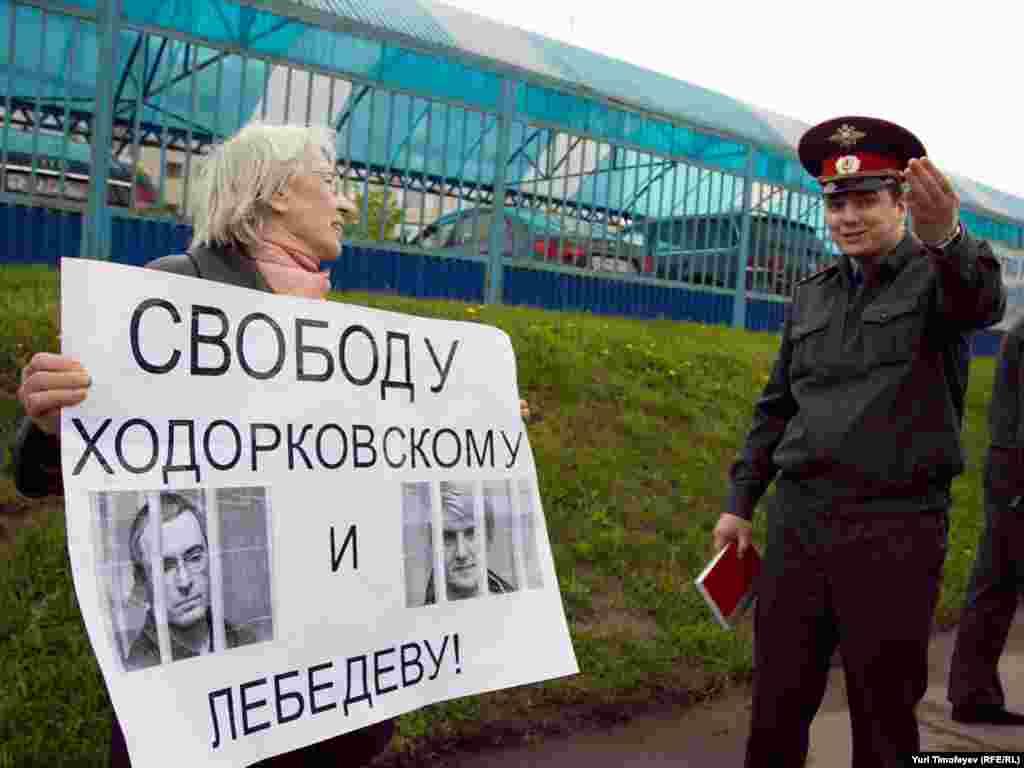 Несколько человек провели пикет в поддержку Ходорковского и Лебедева у знания Мосгорсуда