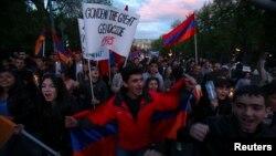 Під час смолоскипної ходи в Єревані, 23 квітня 2013 року