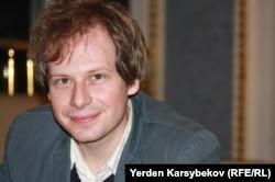"""""""Шекарасыз тілшілер"""" ұйымының өкілі Йохан Бихр. Алматы, 23 қаңтар 2013 жыл."""