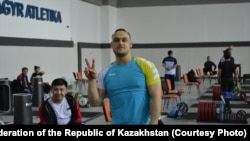 Илья Ильин в спортивном зале в Ашгабате незадолго до начала чемпионата мира по тяжелой атлетике.