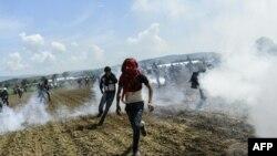Қочқинларнинг Македония полицияси билан тўқнашуви пайтида олинган сурат.