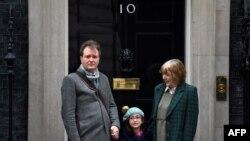 ریچارد رتکلیف و گابریلا، دختر پنج ساله او و نازنین، زاغری مقابل دفتر نخست وزیری بریتانیا