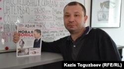 Главный редактор журнала ADAM Аян Шарипбаев держит в руке его первый номер. Алматы, 13 марта 2015 года. Фото из архива редакции.