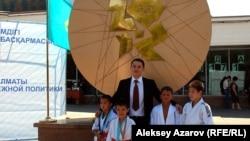 Санжар Бокаев, в центре, в окружении потенциальных чемпионов. Алматы, 15 августа 2012 года. Фото автора.