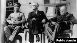 Лідери антигітлерівської коаліції (з ліва на право) Йосип Сталін, Франклін Рузвельт, Вінстон Черчіль, 1945 рік
