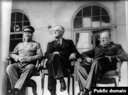 تصویری از استالین (سمت چپ) در کنار روزولت و چرچیل در تهران