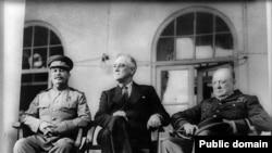 رهبران کشورهای متفق در جنگ جهانی دوم علیه هیتلر در کنفرانس سال ۱۳۲۲ تهران. از راست: وینستون چرچیل، نخست وزیر بریتانیا، فرانکلین روزولت، رییس جمهور آمریکا و ژوزف استالین، رهبر اتحاد جماهیر شوروی