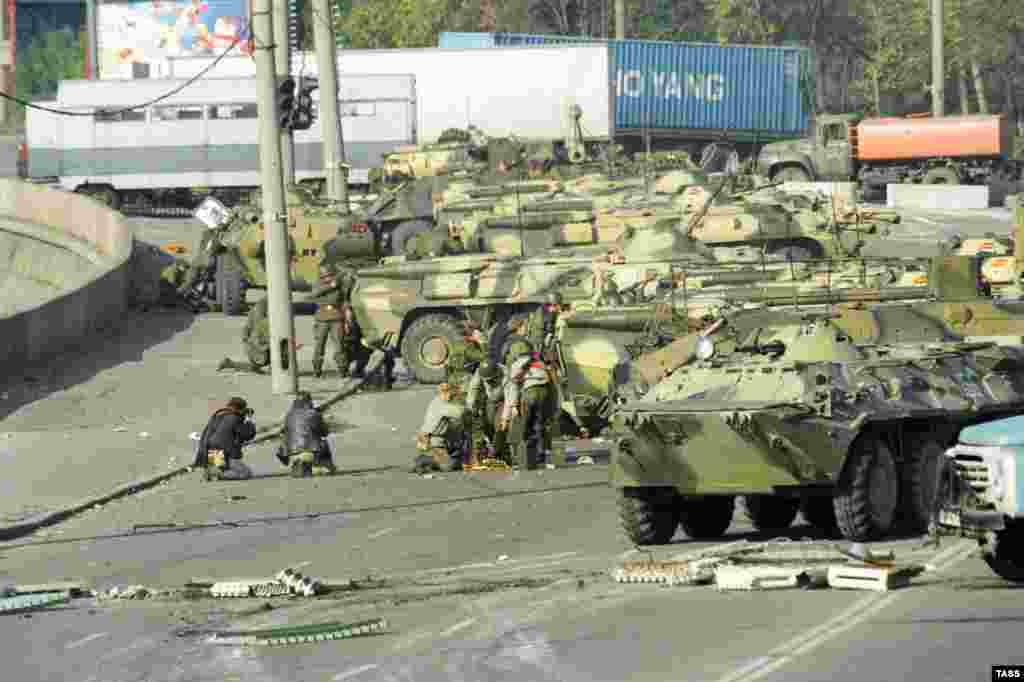 Бронетехника правительственных войск на Краснопресненской набережной