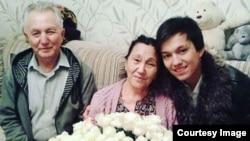 Певец Димаш Кудайберген (справа) с дедушкой и бабушкой.