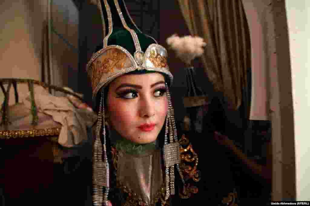 Ведущая танцовщица группы, а также и хореограф Нигора Норматова.