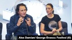 Marillon Cotillard alături de Alexandre Bloch, dirijorul Orchestrei Naționale din Lille la conferința de presă de la București
