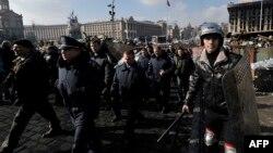 Ցուցարարներ և նրանց միացած ոստիկաններ Կիևի կենտրոնում, 21-ը փետրվարի, 2014թ․