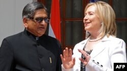 Indian Foreign Minister Somanahalli Mallaiah Krishna (left) with U.S Secretary of State Hillary Clinton. (file photo)