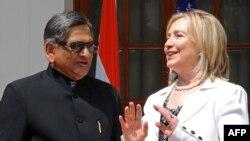 د امریکا د بهرنو چارو وزیره هیلري کلنټن له خپل هندي سیال اېس ايم کریشنا سره په ډيلي کې خبري کنفرانس کوي
