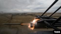 Pamje e helikopterit rus të tipit Mi-8 gjatë të shtënave stërvitore