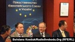 Посол ЄС в Україні Ян Томбінський (по центру)