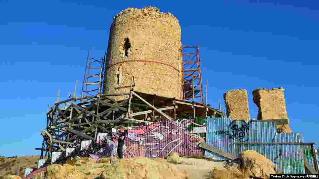 У Севастополі часто графіті можна зустріти в найнесподіваніших місцях. Як, наприклад, на уламку скелі в районі мису Виноградний або на будівельному паркані біля генуезької фортеці Чембало. Огорожу довкола вежі Донжон художники перетворили на казкового дракона