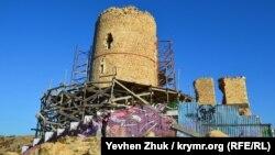 Граффити на строительном заборе у башни Донжон в Балаклаве