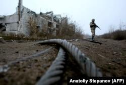 Український військовослужбовець біля знищеної вугільної шахти «Бутівка» на лінії фронту недалеко від Авдіївки