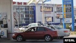 Атырау қаласындағы Жанармай бекеті. 9 қыркүйек 2008 жыл. (Көрнекі сурет)