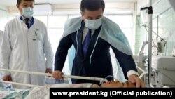 Президент КР Жээнбеков навестил раненых пограничнков в больнице