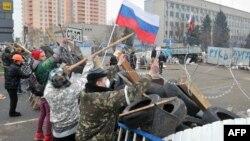 Участники пророссийских протестов в Луганске укрепляют баррикады