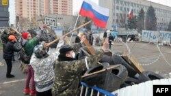 Пророссийские активисты на баррикадах у здания СБУ в Луганске – 10 апреля 2014 года