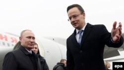 Президент Росії Володимир Путін (л) та міністр закордонних справ Угорщини Петер Сійярто
