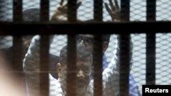Mohamed Morsi iza rešetaka u sudnici, 21. april 2015.