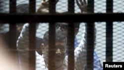 Мохаммед Мурси в зале суда 21 апреля