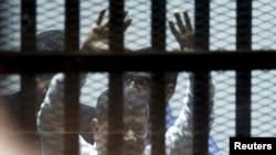 الرئيس المصري المخلوع محمد مرسي في المحكمة، 21 نيسان 2015