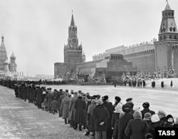 Очередь в мавзолей Ленина на Красной площади в Москве.1960. Фото Владимира Савостьянова. ТАСС