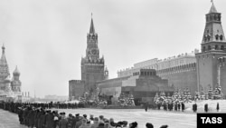 Люди в очереди в мавзолей Ленина на Красной площади в Москве, март 1960