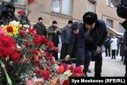Горожане несут цветы к месту трагедии
