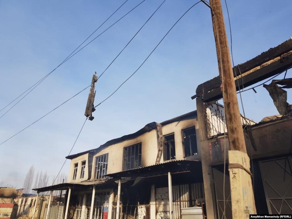 В пятницу в мессенджерах распространялись видеозаписи, вероятно снятые в этой местности, на которых были запечатлены охваченные огнем строения, следы погромов.