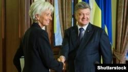 Christine Lagarde (sağda) və Petro Poroshenko (arxiv fotosu)
