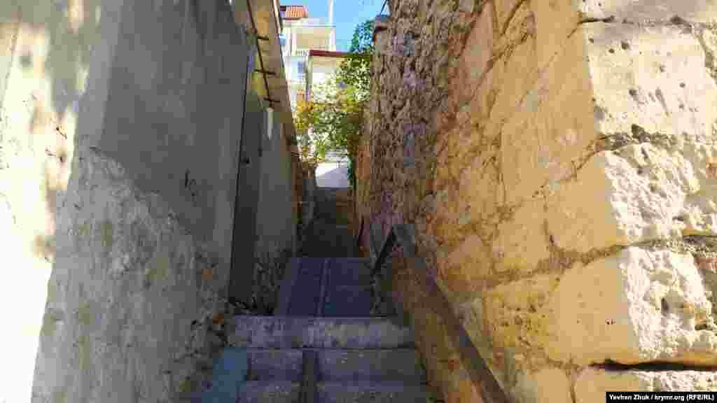 Узкая и крутая лестница между улицами очень характерна для зажатой между горами Балаклавы