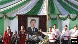 مرگ صفر مراد نيازوف در دسامبر سال ۲۰۰۶ و صعود غير مترقبه بردی محمدوف به عاليترين پست کشور، اميد ايجاد تغييرات را در اين کشور سابقا کمونيستی زنده کرده است.